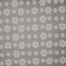 Kant met geborduurde witte bloemen.