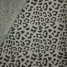 Grijze gemeleerde sweaterstof met pantervlekken, achterkant grijs pelsje