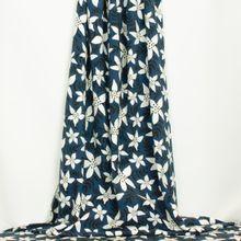 Blauwe  tricot met bloemen en takjes in wit en zwart