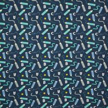 Tricot in blauw met potloden, lettertjes en sterretjes