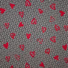 Witte viscose met zwart abstract motief en rode harten