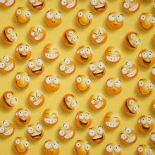 Gele tricot met emoji motief