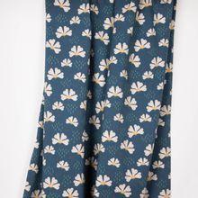 Blauwe sweater met zachte achterkant en met bloemenmotief