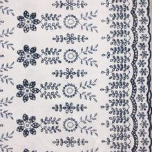Witte katoen broderie met donkerblauwe bloemen van Stitched By You