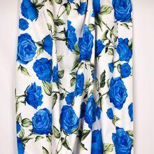 Witte rekbare katoen met blauwe rozen