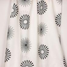 Wit linnen met geborduurde bloemen