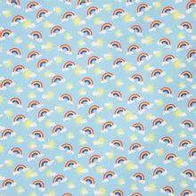 Blauwe katoen met regenbogen, zonnetjes en wolkjes