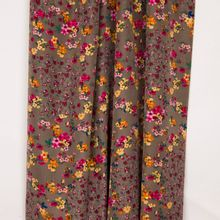 Taupe suedine polyester met multicolor bloemen uit 'Stitched By You'