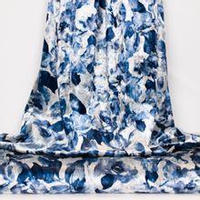 Witte fluweel polyester met blauwe bloemen