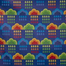 Regenjas stof in blauw met veelkleurige wolken