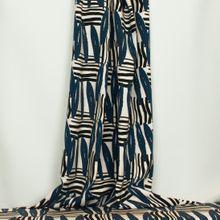 Ecru tricot met abstracte strepen in zwart en blauw