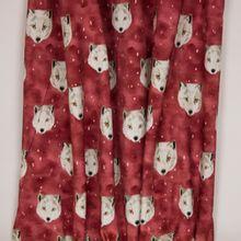"Gevlekte bordeaux tricot met wolvenkopjes van ""Family Fabrics"""