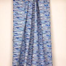 Witte tricot met  donkerblauwe onregelmatige strepen