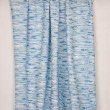 Witte tricot met blauwe onregelmatige strepen