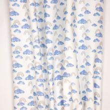 Witte tricot met blauwe wolken en grijze regenbogen