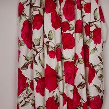 Witte rekbare katoen met rode rozen