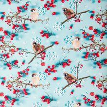 Blauwe katoentricot met vogeltjes winter, ijskristal, bessen