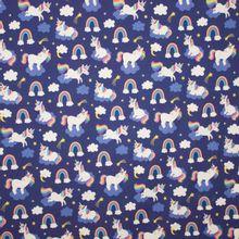 Paarse tricot met regenbogen, eenhoorns en wolken
