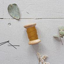 Biais 'dobby ochre' van Atelier Brunette
