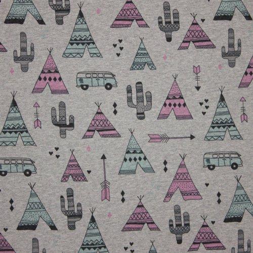 Lichtgrijze french terry met tenten, pijlen, busjes en cactussen (roze en blauw)